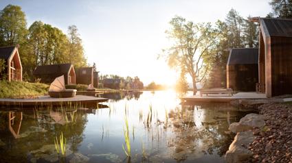 Adler Lodge Ritten, il laghetto naturale con i lodges e il pontile privato