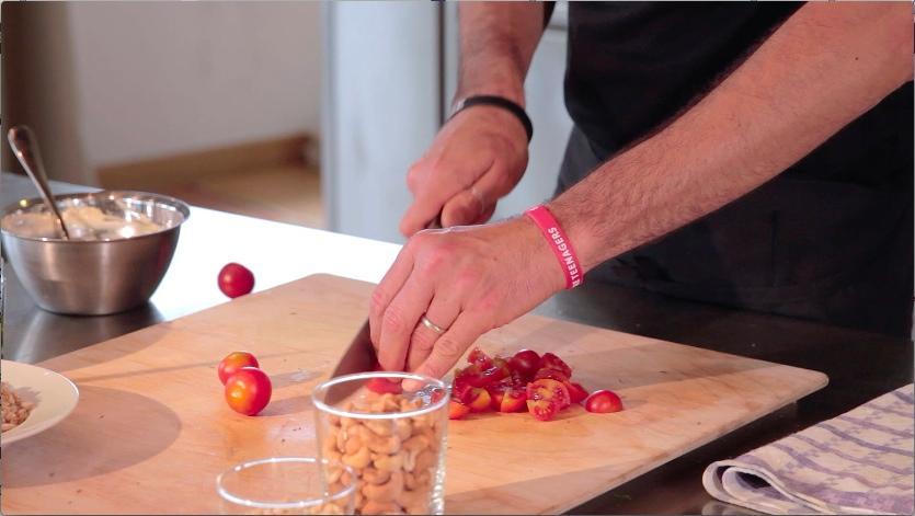 insalata proteica_tagliare i pomodori