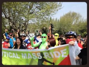 Partecipanti alla manifestazione eco design fair pronti a partire con le loro biciclette