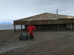 Giorno 100 - Davanti la capanna dei primi esploratori