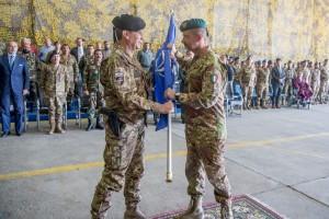 Il Generale di Brigata Salvatore Annigliato passa la Bandiera NATO al nuovo Comandante Generale vdi Brigata Giovanni Parmiggiani a destra
