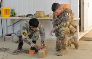 Resolute Support_Frequentatore afghano che opera con un simulacro di ordigno improvvisato