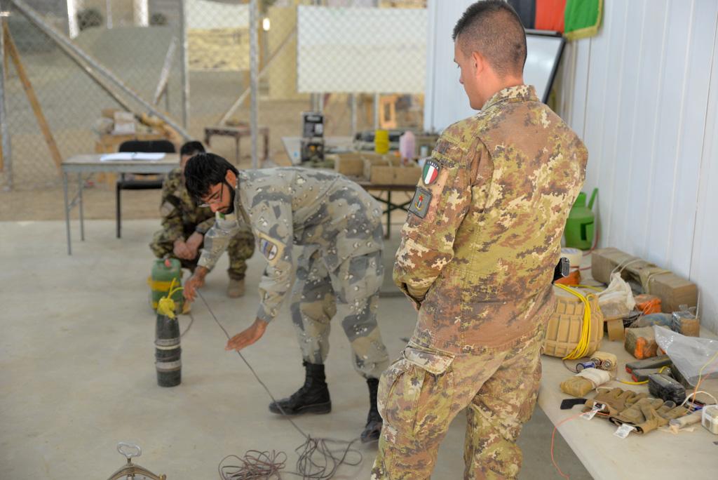 Resolute Support_Lezione C-IED condotta dall'allievo afghano, con la supervisione di un militare dell'Arma del Genio dell'Esercito Italiano