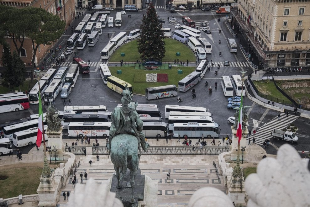 Drivers block Piazza Venezia in protest at coach ban
