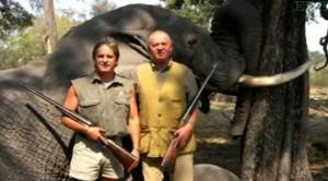 Juan Carlos di Spagna posa davanti all'elefante ucciso