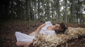 La danzatrice Patrizia De Bari si è esibita fra faggi e laghi del Cansiglio in occasione di Insilva, evento organizzato dal CFS