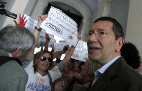Il sindaco di Roma Ignazio Marino protestato durante la campagna elettorale per i trascorsi vivisezionisti (chirurgo, sacrificò babbuini per sperimentare il trapianto di fegato)