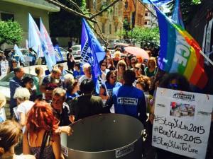 L'Associazione Animalisti Italiani Onlus ha protestato davanti all'Ambasciata cinese di Roma per chiedere la soppressione della mattanza di Yulin
