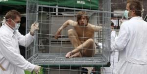 Morte cerebrale e danni irreversibili per sei cavie umane le quali hanno accettato di testare un farmaco già lungamente sperimentato sugli animali, inclusi gli simpanzè