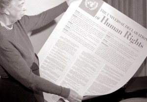 Eleanor Roosevelt mostra la Dichiarazione universale dei diritti umani.