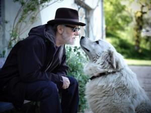 Francesco De Gregori con uno dei suoi cani. Fotografia di Daniele Barraco