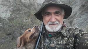 Don Pierino Sacella, parroco cacciatore e detentore dichiarato di un arsenale di 28 fucili  in canonica. Ha denunciato gli attivisti che hanno manifestato pacificamente contro il suo hobby sanguinario.