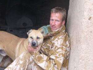 Pen Farthing sergente dei Royal Marines e animalista ha salvato centinaia di animali in Afghanistan e ora ha bisogno di aiuto per portarli in salvo, assieme allo staff della sua organizzazione.