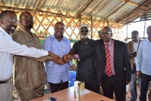 Stretta di mano fra Madobe, Barre Hirale e i Ministri Abdullahi Godah Barre e Farah Abdulqadir