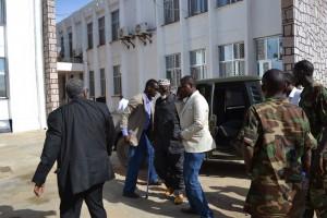 Il Col. Hirale scende dal blindato col Ministro Farah Abdulqadir nello splendido centro di Kismayo