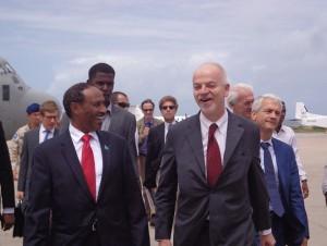 Lapo Pistelli a Mogadiscio nel giugno 2014 col Ministro degli esteri somalo a sinistra e l'Ambasciatore Fabrizio Marcelli a destra