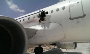 La carlinga dell'A321 della Daallo Airlines danneggiata dallo scoppèio