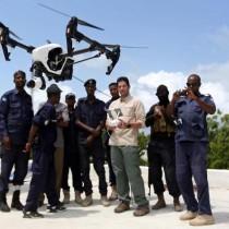 Brett Velicovich posa con i militari somali addestrati all'uso dei droni donati dagli USA