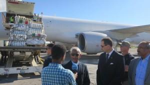 L'arrivo del volo umanitario italiano a Mogadiscio ricevuto dalle autorità somale e dell'Ambasciatore Italiano Alberto Vecchi