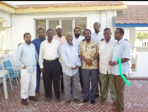 Roble a destra con l'ex Presidente Hassan Sheik Mohamud in camicia nocciola