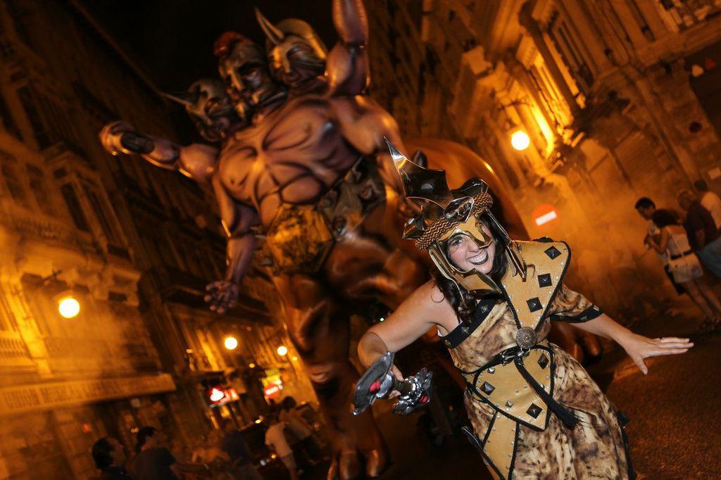 Spettacoli e sfilate nella notte bianca di Valencia