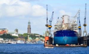 Il porto di Amburgo con il centro storico sul fondo