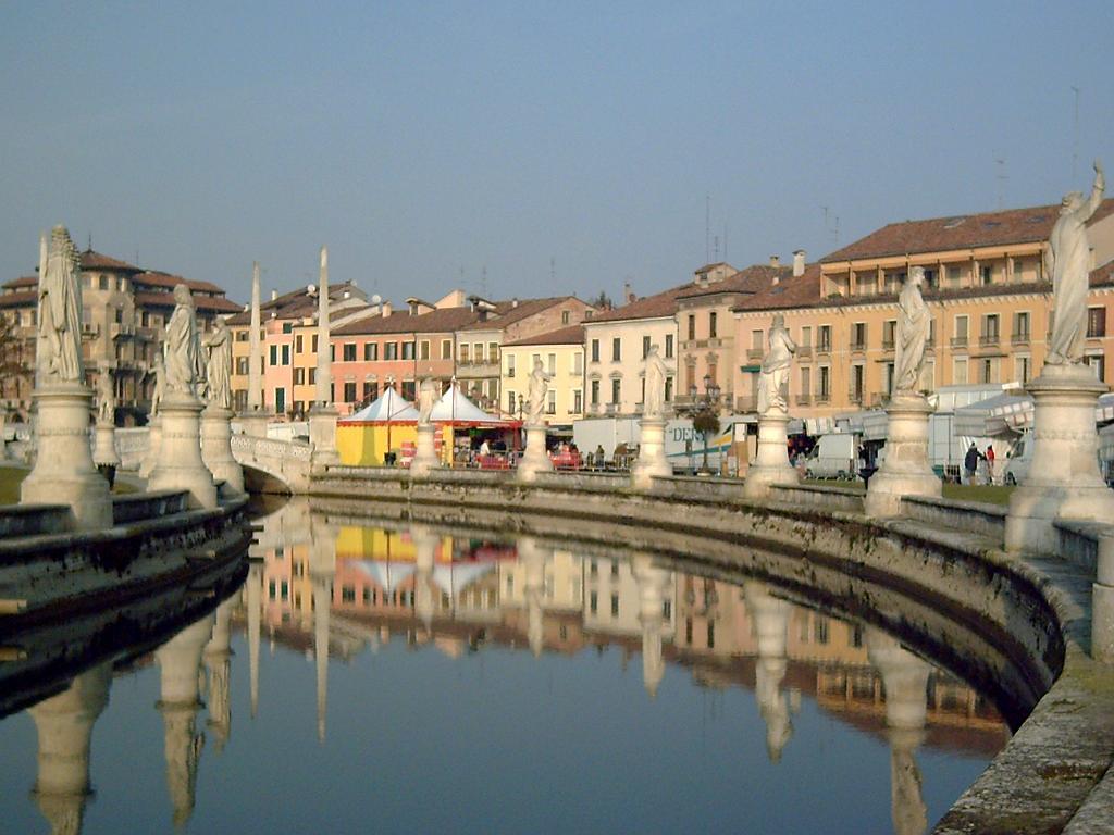 PADOVA Prato della Valle con mercato