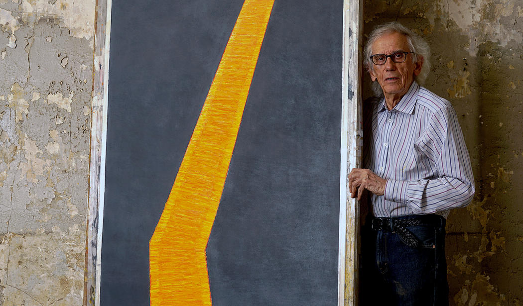 Christo insieme alle sue bozze per the floating piers