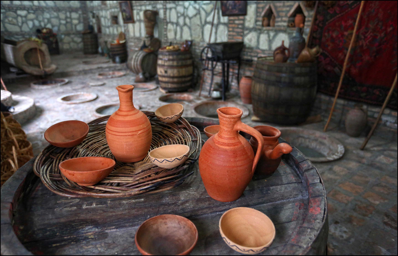 Cantina locale georgiana metodo tradizionale di vinificazione anfore