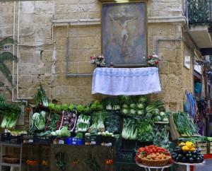 bancarella di frutta e verdura in Via Carmine a Bari vecchia