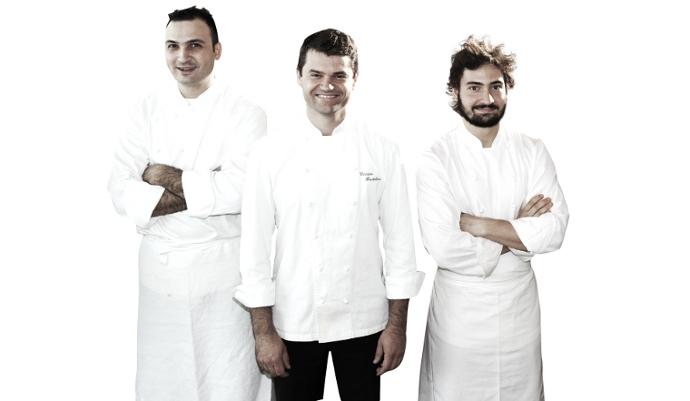 Al centro dell'immagine lo chef Enrico Bartolini, al suo fianco i fratelli Capitaneo, Remo (sinistra) e Mario (destra)