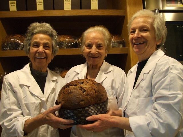 Le sorelle Franco del forno Sammarco con il loro panettone alle olive celline (foto di Gianni Ferramosca)