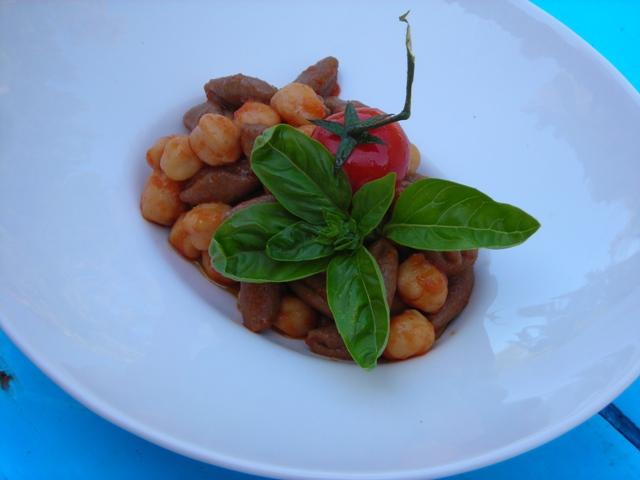 Minchiarieddi di farina di carrube con ceci e pomodorini di Maria Galeone