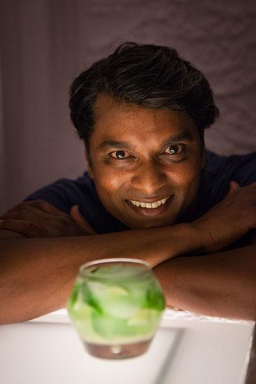 Lo chef Vinod Sookar e il suo celebre mojito (ph Giuseppe Di Viesto)