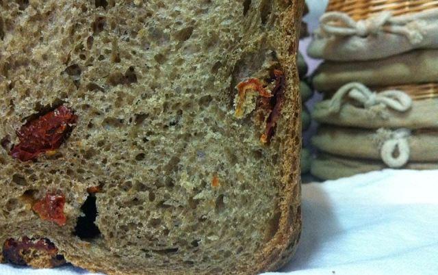 Pane di grano arso con pomodori secchi