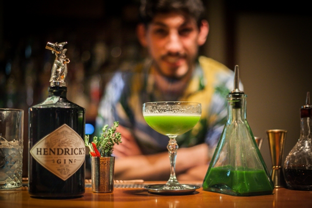 Andrea Peconio e il suo cocktail a base di estratto di cime di rapa, servito allo Speakeasy di Bari