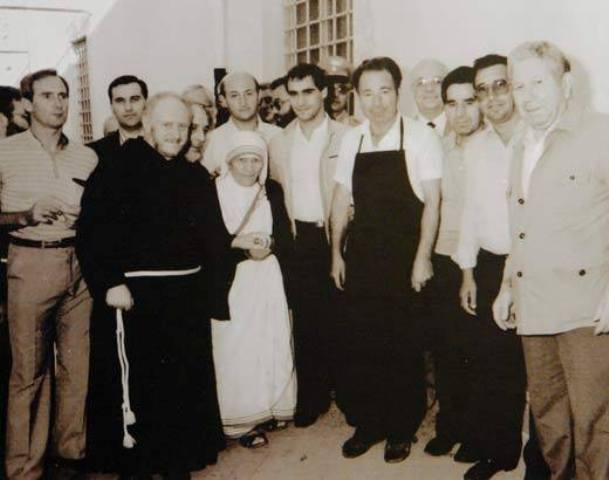 Al centro della foto Madre Teresa di Calcutta con il cuoco Giuseppe Di Cosmo