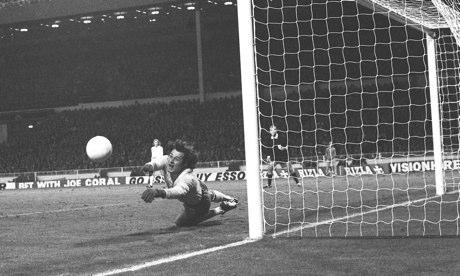 Una parata di Tomaszewski contro l'Inghilterra nel '73