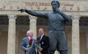 Hurst e Tilkowski sotto la statua di Bachramov a Baku