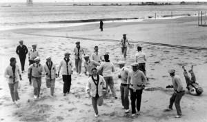 I calciatori belgi sulla spiaggia di Montevideo, dopo un viaggio di tre settimane