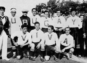 """La Bolivia indossa maglie per salutare il paese organizzatore. Ma al momento della foto uno dei calciatori che doveva avere la U non si presentò. """"Viva Urugay""""."""
