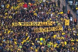 """Lo striscione dei tifosi del Borussia: """"E se tu cadi, io sto con te"""""""