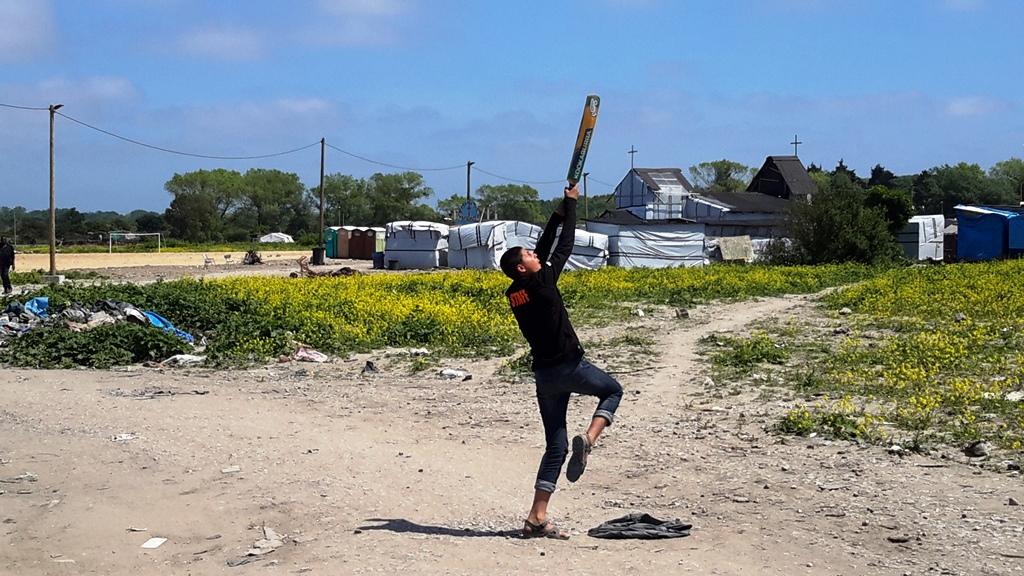 Un ragazzo gioca a cricket nel campo rifugiati di Calais - foto mia