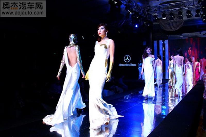 La sfilata di Alexander King Chen alla settimana organizzata da Mercedes Benz in Cina copia