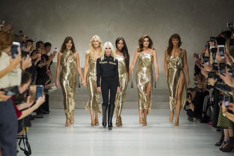 Donatella Versace e le supertop finale sfilata 20 anni ss 18