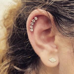 Un piercing all'orecchio praticato dal Tribal Tattoo Studio di Roma