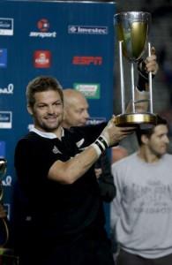 Richie McCaw alza nuovamente il trofeo del Championship, sempre in Nuova Zelanda dalla nascita del Four Nations