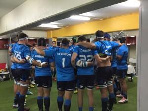 Il cerchio azzurro negli spogliatoi a Suva prima del match