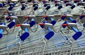 Commercio: carrelli della spesa in un supermercato