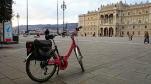 in bici in Piazza Unità